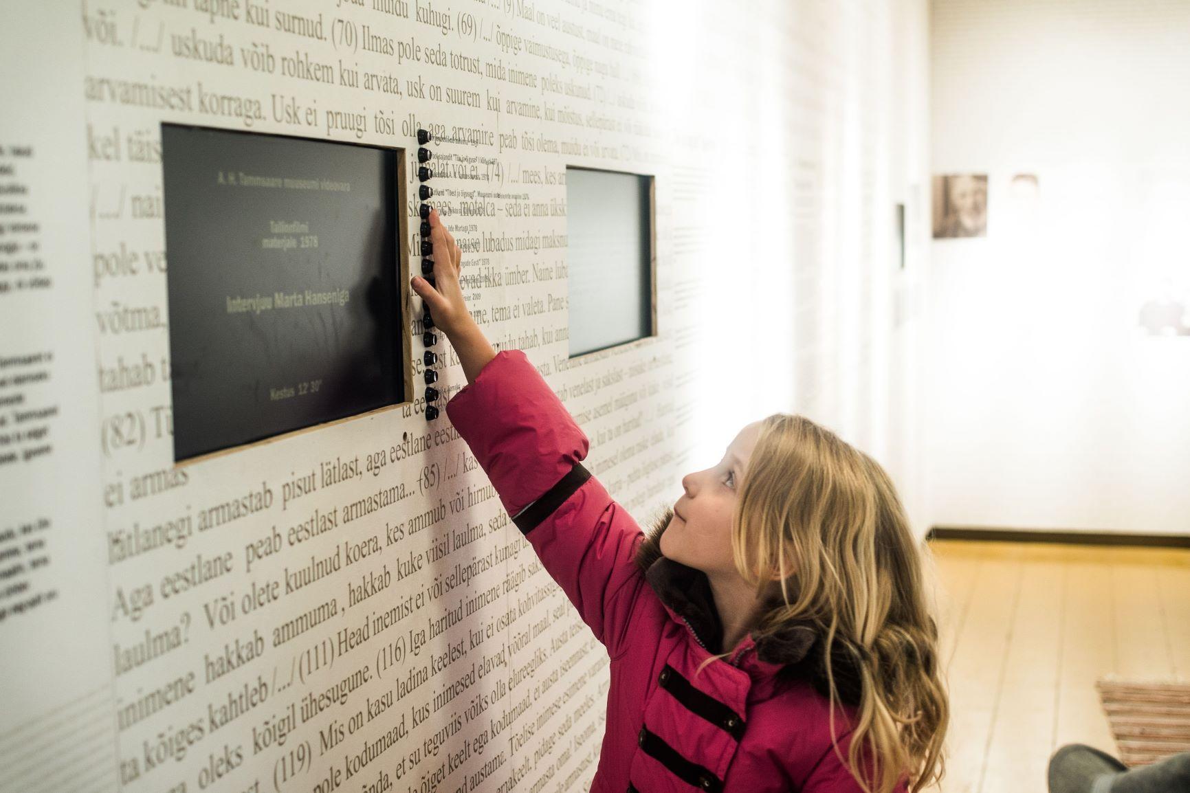 Muuseumis ekraani ees